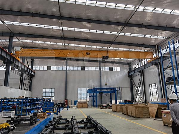 HD Overhead Crane In Warehouse