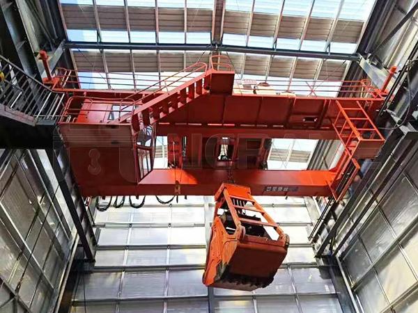 Overhead Crane With Mechanical Grab
